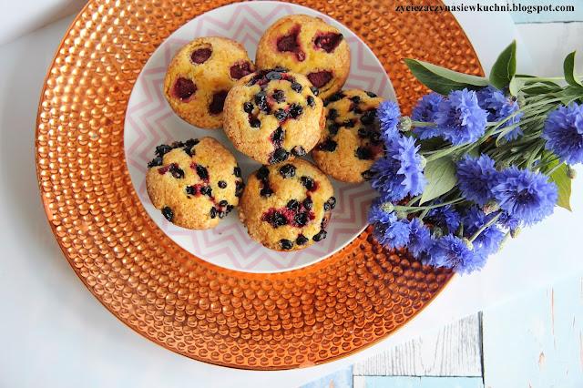 Muffinki kukurydziane z czarna porzeczką
