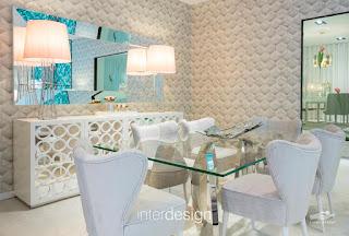 Sugestão para Decorar um Sala de Jantar cheia de Glamour em tons pastel com apontamentos de azul.