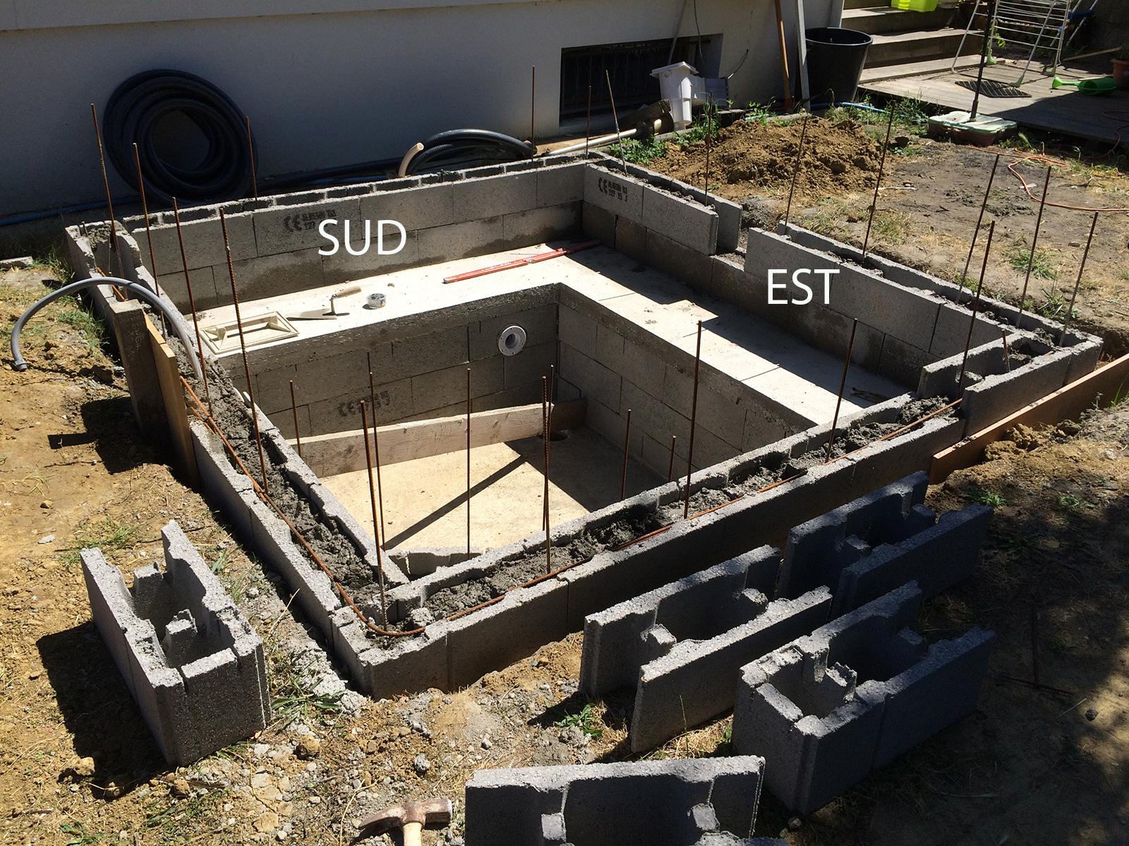 scellement des buses de massage c t est construction d 39 une petite piscine en b ton quip e spa. Black Bedroom Furniture Sets. Home Design Ideas