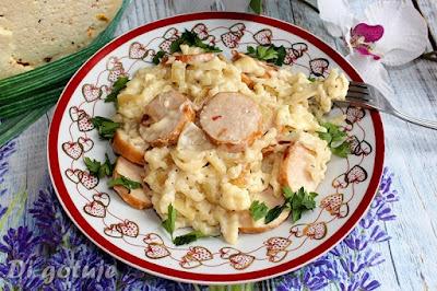 Makaron z kiełbasą, sosem serowym i serem korycińskim