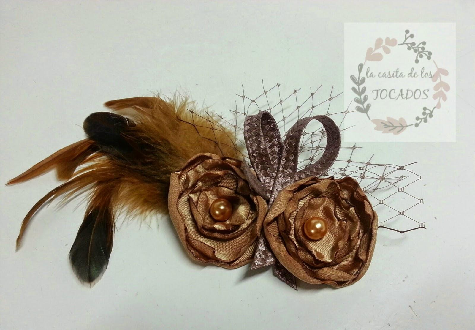 tocado económico para boda realizado de forma artesanal en varias tonalidades de marrón con flores, plumas, velo y rafia