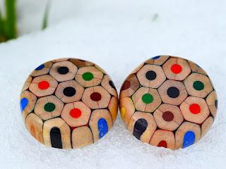 Aretes hechos con madera reciclada
