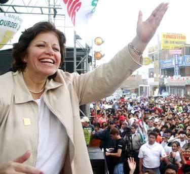 Lourdes Flores Nano en una de sus tantos mitin