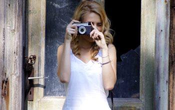 Wallpaper: Blonde girl with vintage camera