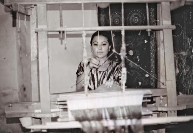 Ouzbékistan, Boukhara, Brodeuse et tisseuse dans la médersa Abdoullah Khan, © Louis Gigout, 1999