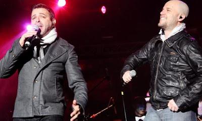 Foto de Luis Enrique cantando junto al cantante Gian Marco