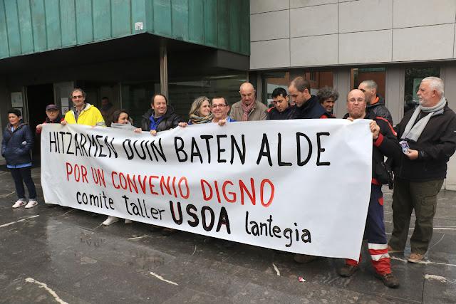 Protesta de trabajadores de Usoa ante el Ayuntamiento de Barakaldo