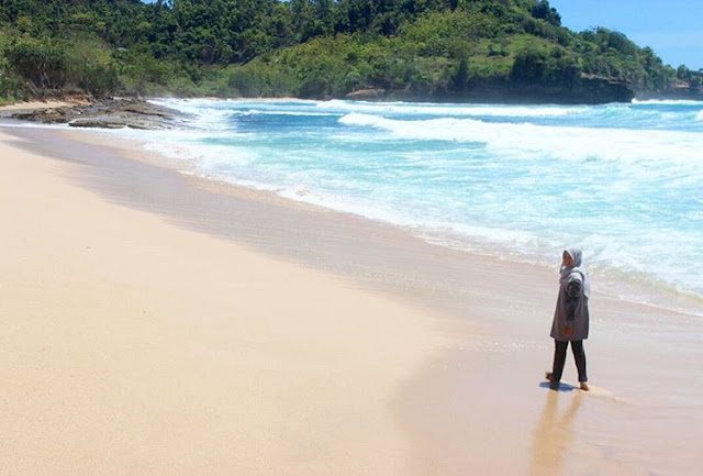 foto suasana di pantai molang tulungagung