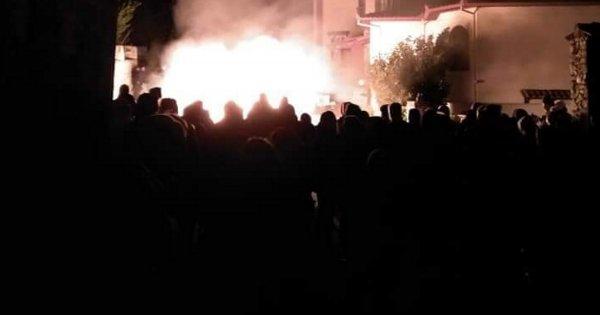 Εξέγερση των κατοίκων της Πέλλας: Έβαλαν φωτιά στο ξενοδοχείο που θα «φιλοξενούσε» παράνομους μετανάστες