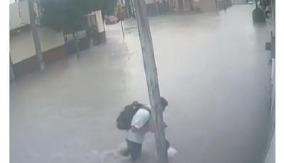 Pelajar tersetrum listrik saat banjir.