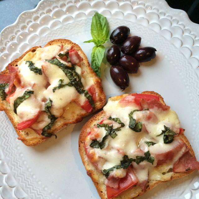 Εύκολη πίτσα με ψωμί του τοστ, γραβιέρα, ελιές και μανιτάρια