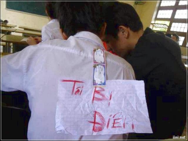Ảnh viết chữ lên giấy rồi dán lên sau lưng bạn học ngồi bàn trên
