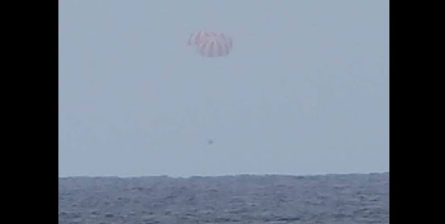 The CRS-9 Dragon slowly descends on its three main parachutes into the Pacific Ocean. Photo Credit: SpaceX