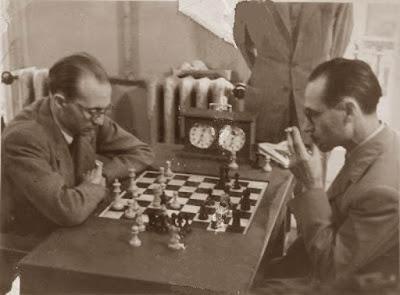 Rafael Lloréns jugando una partida de ajedrez en 1941