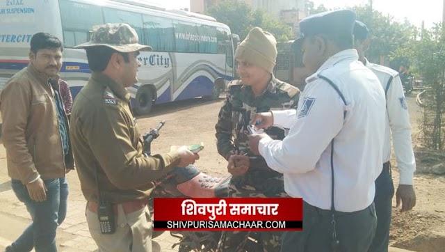 बिना हेलमेट के फर्राटे भर रहे थे पुलिसकर्मी, सूबेदार ने चार के चालान काट दिए   Shivpuri News