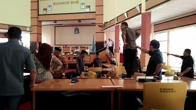 Anggota Dewan di Bone Ngamuk di Paripurna, Naik di Meja