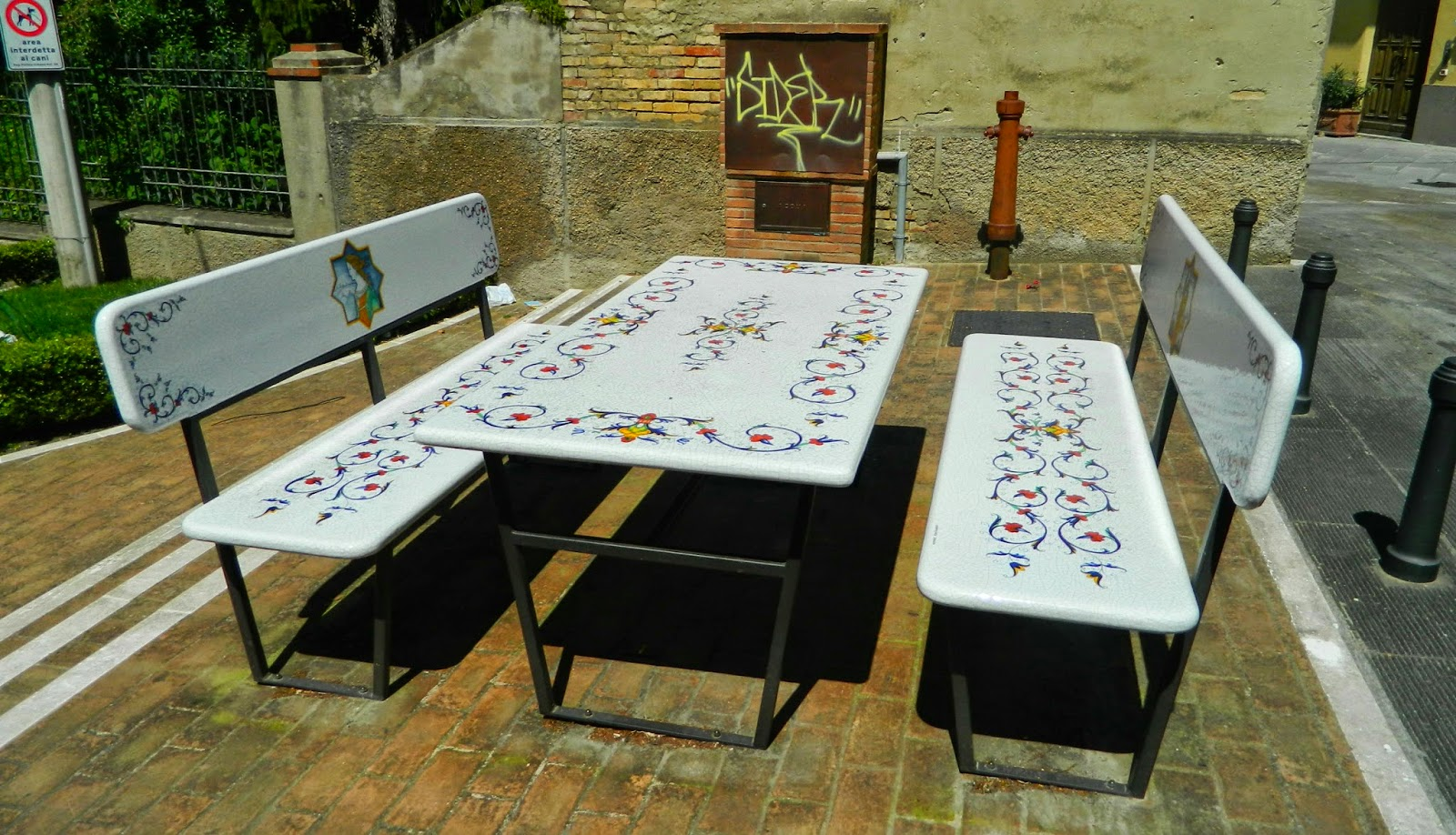 Table and chairs, made of ceramic art