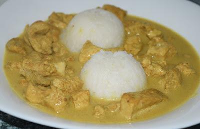 Curry z mleczkiem kokosowym, kurczakiem i ryżem