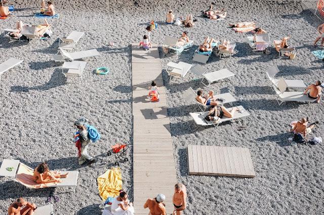 Menikmati liburan di Pantai