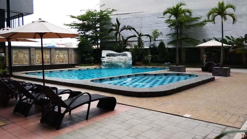 kolam renang radisson medan
