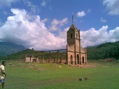 Iglesias abandonada en un valle