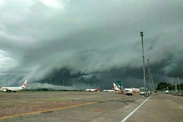 VIDEO: Heboh Awan Berbentuk 'Ombak Tsunami' di Langit Makassar