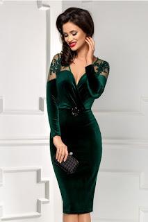 rochie superba de revelion, tip creion, din catifea verde si accesoriu in talie