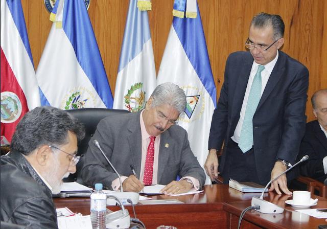 Norman Quijano asegura que su firma ha sido falseada y utilizada para hacer compras fraudulentas