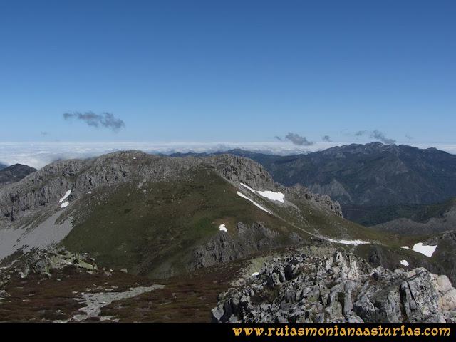 Ruta Les Rapaines, Lago Ubales, Cascayón: Vista de la Peña del Vientu desde Les Rapaínes