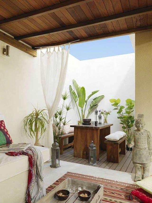 mesa exterior de madera en terraza de inspiración ibicenca