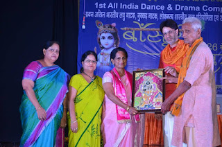 Neelam Singh receiving award