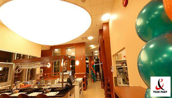 Mẫu trần nhà bếp xuyên sáng màu trắng 4