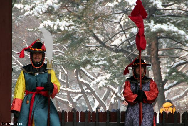 Guardias del palacio Deoksugung en un día de nieve