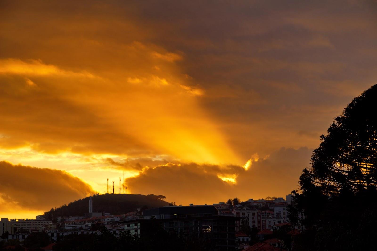 o raio que ilumina a fim de tarde