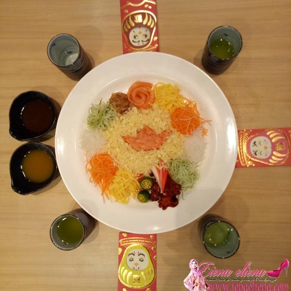 Sushi KingProsperity Yee Sang dengan Wasabi Mix Sauce dan Tangy Plum Sauce