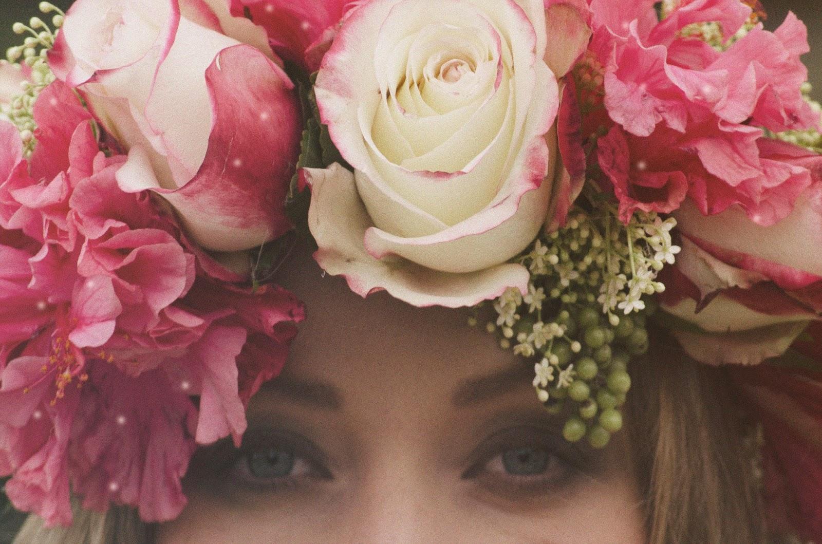 vestidos premama con flores frescas para el pelo