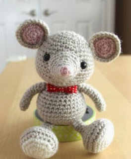 http://translate.google.es/translate?hl=es&sl=en&tl=es&u=http%3A%2F%2Fwww.littlemuggles.com%2Ffree-patterns%2Ffree-baby-mouse-pattern%2F