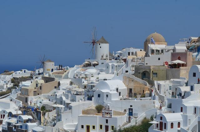 Casinhas brancas e os moinhos de vento da cidade de Oia