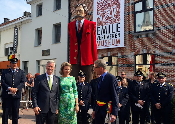 King Philippe and Queen Mathilde visited the 'Emile Verhaeren, een dichter voor Europa' exhibition on late 19th – early 20th century poet Emile Verhaeren in Sint-Amands. Queen Mathilde wore a printed green dress