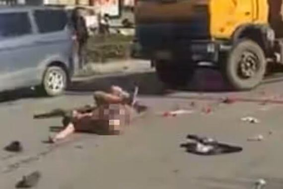 Pics: Man rolls around on the road n*ked after girlfriend rejects his marriage proposal