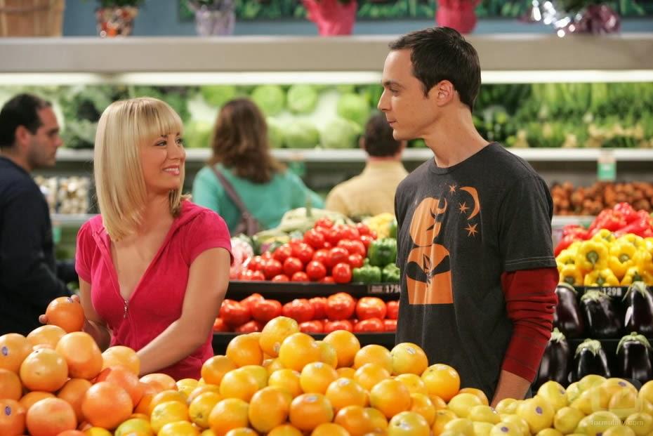 Sheldon irritando enquanto Penny mostra seu sorriso sarcastico