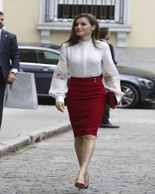 outfit formal con falda lápiz roja