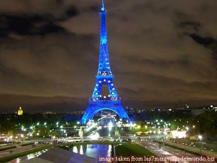 menara eiffel waktu malam