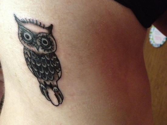 vemos a una chica con un tatuaje elegante