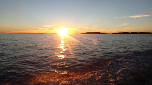 Aurinko laskee mereen
