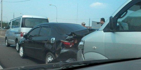 Tabrakan Beruntun 5 Mobil Di KM 16 Tol JORR, Lalin Macet Parah