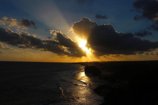 matahari tenggelam bukit kosakora
