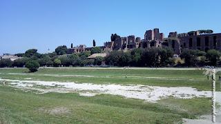 Circo Máximo hoje, com os palácios imperiais do Palatino ao fundo