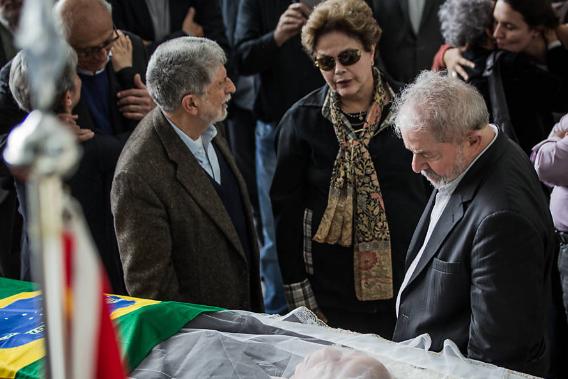 f2d131482 Folha Política: Lula chora em velório e faz homenagem a ex-assessor