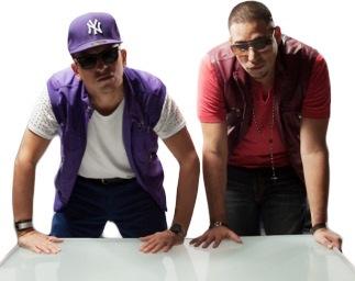 Foto de J-King y Maximan apoyándose con las manos